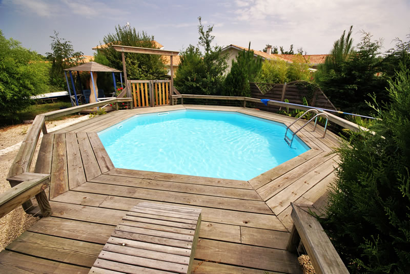 Piscine fuoriterra in legno o pvc for Accessori per piscine esterne