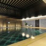 piscina con sfioro a griglia